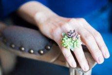 Biżuteria Susan wykonana jest z żywych roślin.
