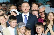 Na stronie prezydenta z wizyty w Wielkopolsce wiele słodkich zdjęć. Ale w internecie grzeje inna fotografia