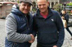 Wojciech Kussowski spotkał szefa RE Donalda Tuska na ulicach Brukseli. Wpływowy polityk samotnie spacerował po mieście, więc internauta bez trudu namówił go na wspólne zdjęcie.