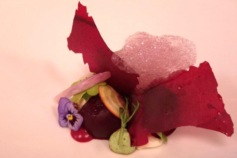 Multikolor z buraków z piklowaną szalotką, chrzanem i ziołami; restauracja Mood