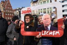 """Niedzielny marsz KOD (Wrocław) odbył się pod hasłem """"Solidarni z Lechem""""."""