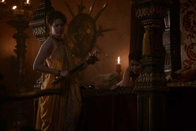 """W """"Grze o tron"""" nie brakuje scen przepełnionych brutalnością i erotyką."""