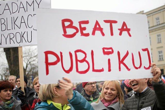 W obronie Trybunały Konstytucyjnego  obywatele protestowali cały rok.