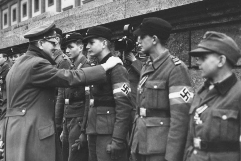 Jedno z ostatnich oficjalnych zdjęć Adolfa Hitlera. Przedstawia dekorowanie odznaczeniami członków Hitlerjugend, nastoletnich obrońców Berlina w dniu 20 kwietnia 1945 roku