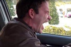 Scott Lotan cierpi na patologiczny śmiech.