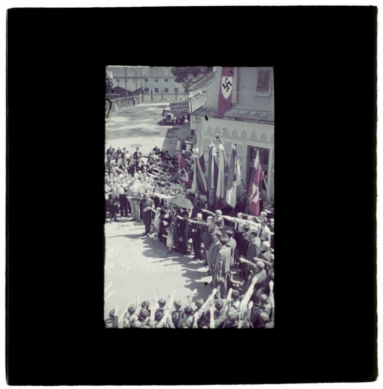 Poprad za rządów ks. Jozefa Tisy. Hajlujący mieszkańcy podczas festiwalu muzycznego w mieście.