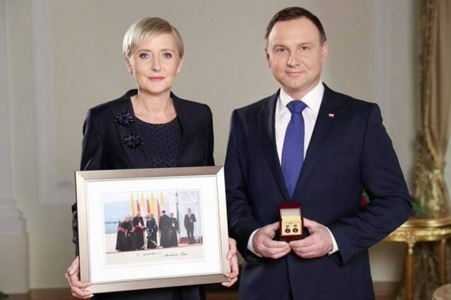 """Zdjęcie, które oddała na licytacje  WOŚP Agata Duda osiągnęło 200 tys. złotych. Spinki do mankietu prezydenta Andrzeja Dudy """"tylko"""" 6.7 tys."""