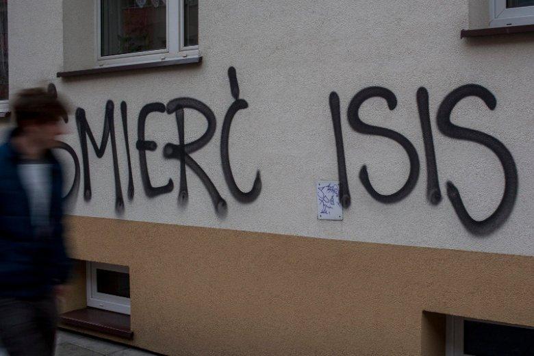 Dawid Ł. odpowiada przed sądem w Łodzi za terroryzm. Do ISIS trafił... przez miłość. Na zdjęciu - napis na murze w Krakowie.