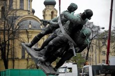 """Pomnik """"czterech śpiących"""" może nigdy nie wrócić na warszawską Pragę"""