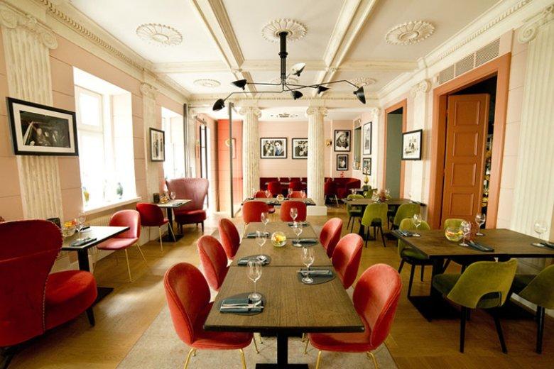 Restauracja Signature to topowy lokal w Warszawie, który mieści się przy  ulicy Poznańskiej 15 w budynku pięciogwiazdkowego hotelu H15 Boutique Hotel. W ramach projektu Signature Gwiazd potrawy przygotowują tu gwiazdy ekranu