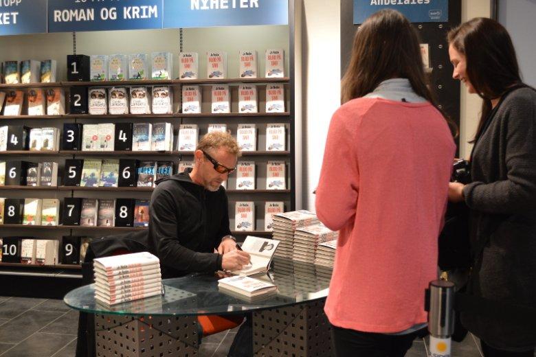 """Hitem Wielkanocy 2015 jest w Norwegii nowa powieść Jo Nesbø pod tytułem """"Blod på snø""""."""