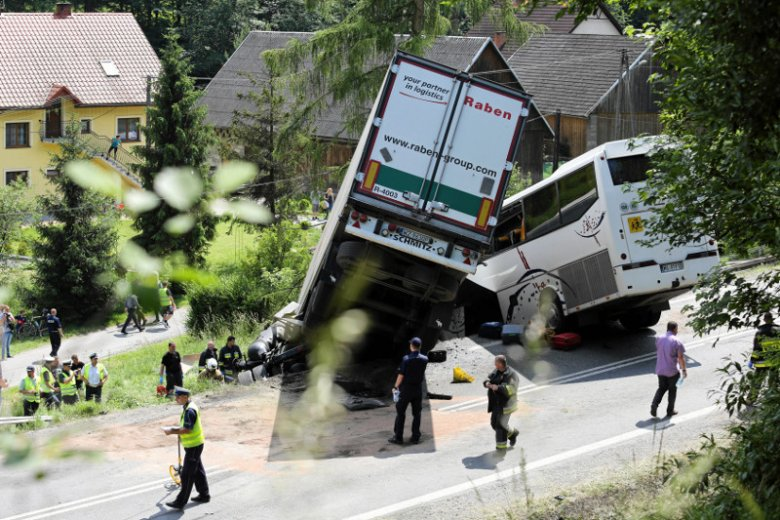 Piątkowy wypadek na zakopiance w Tenczynie. Autokarem jechały dzieci ze szkoły podstawowej w warszawskim Wilanowie.