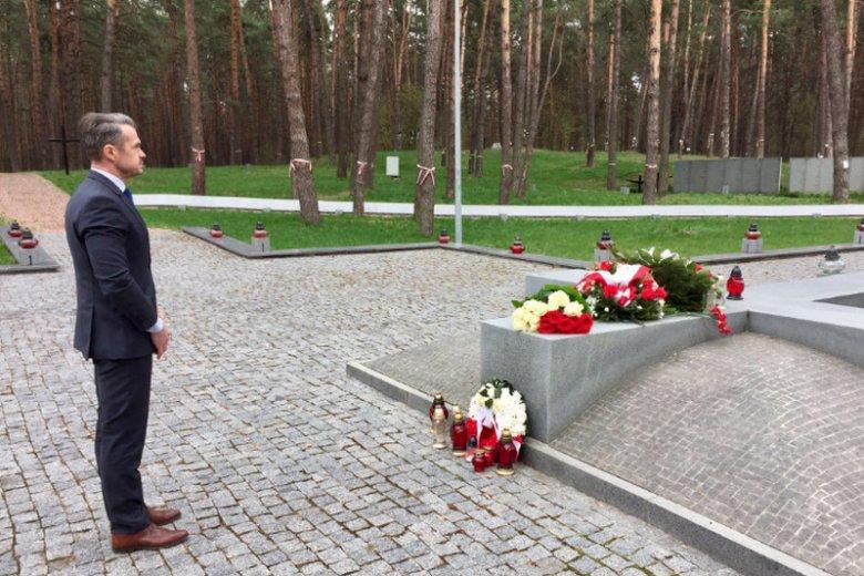 """""""Złożyłem kwiaty na IV Cmentarzu Katyńskim w Bykowni w Kijowie. Trzeba pamiętać!"""" – napisał na Twitterze Sławomir Nowak."""