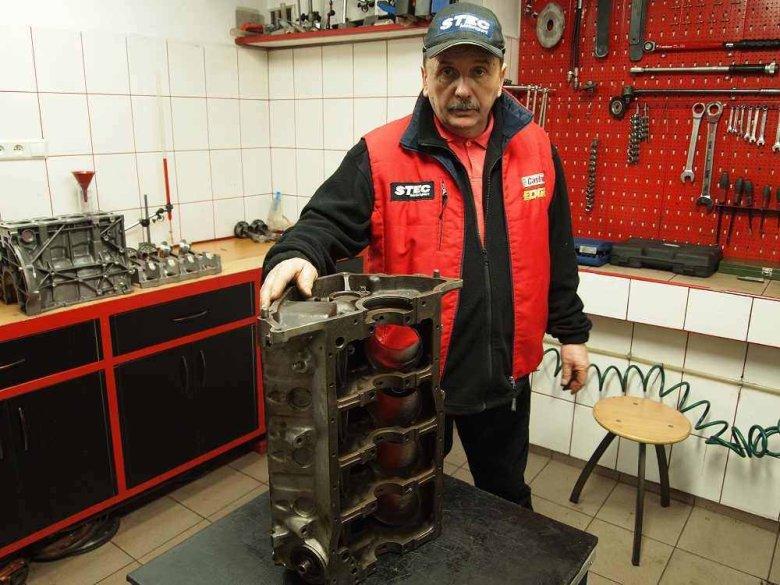 Wiesław Stec bierze nasz silnik pod swoją opiekę. Tak duże bloki są rzadkością w firmie specjalizującej się w budowie rajdówek.