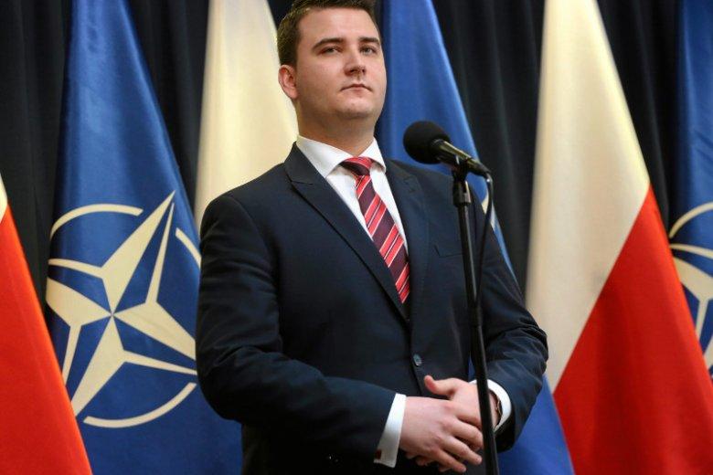 Pozycja Bartłomieja Misiewicza, kontrowersyjnego rzecznika ministra Antoniego Macierewicza, od miesięcy jest tematem debaty publicznej.
