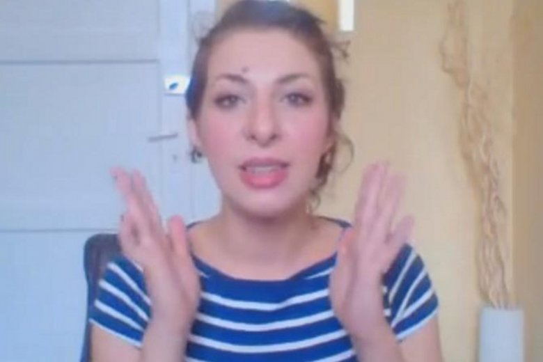 Trenerka emisji głosu podczas rozmowy na Skypie.