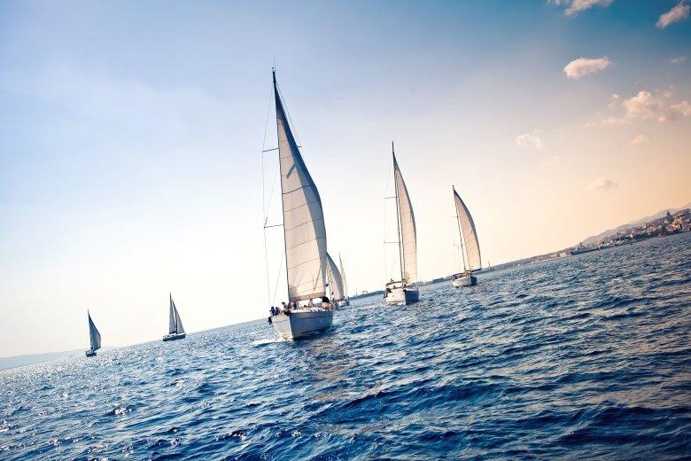 Wakacje pod żaglami na ciepłych morzach nie kosztują więcej niż pobyt w hotelu.