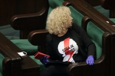Posłanka Katarzyna Kotula (Lewica) w koszulce Strajku Kobiet, który protestuje przeciwko dalszemu ograniczaniu prawa do przerywania niechcianej ciąży.