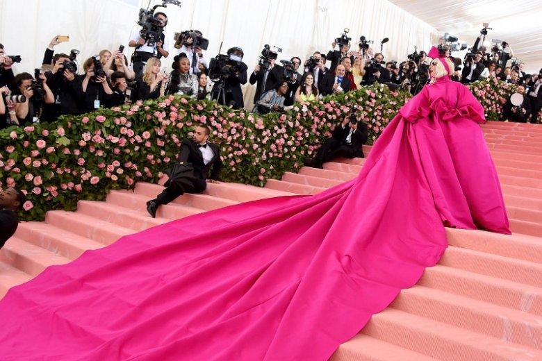 Lady Gaga pozowanie na MET Gali 2019 rozpoczęła ubrana w spektakularną różową suknię.