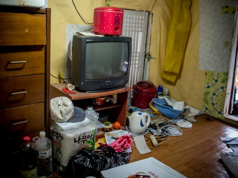Koreańczyk niespecjalnie przejmuje się nieporządkiem w domu.