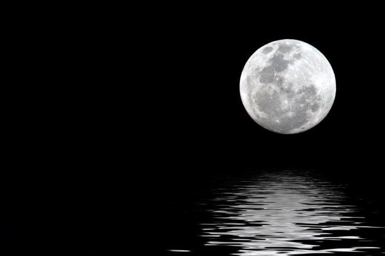 Audycja ukazywała się przez 11 lat w Trójce zawsze wtedy, gdy Księżyc był w pełni.