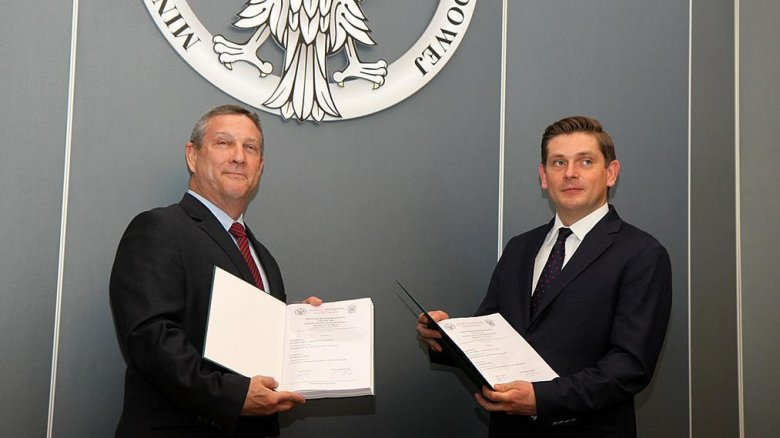 Jon W. Lewis, Boeing Company i Bartosz Kownacki, MON