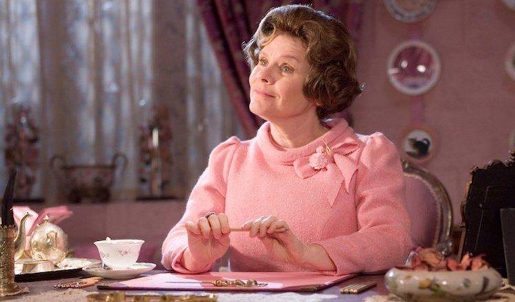 """Dolores Umbridge, jedna z postaci pojawiających się w filmie o """"Harry'm Potterze"""""""