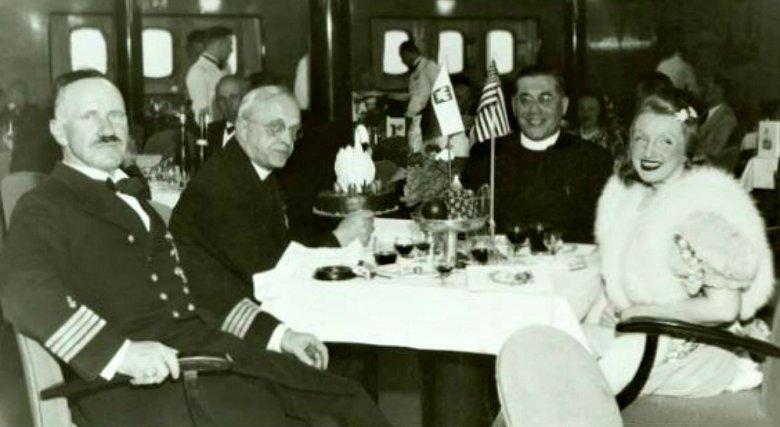 Pierwszy od lewej kapitan Borkowski na pokładzie Batorego, od prawej – Hanka Ordonówna