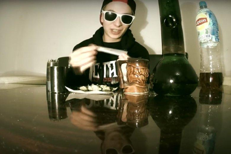 """Raper Filu, czyli Filip Jaki to brat wiceministra sprawiedliwości Patryka Jakiego. Na YouTube w piosence """"Weed Love"""" wychwala on używanie narkotyków."""