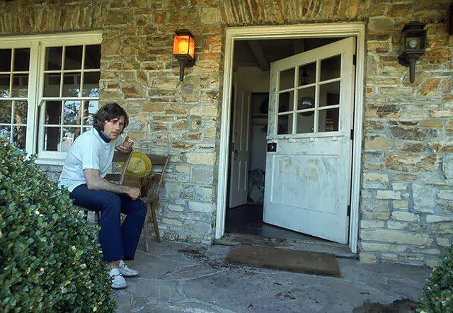 """Roman Polański przed drzwiami swojego domu, w którym dokonano potwornej zbrodni. Na drzwiach napisano krwią """"Pig"""", co w slangu oznaczało ludzi obrzydliwie bogatych."""