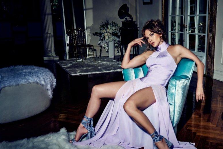 Chociaż sukienka ma głębokie rozporki i odsłania nogi, to jednocześnie całkowicie zakrywa dekolt. Liliowa sukienka to kontrowersyjny i zmysłowy wybór, 1079 zł