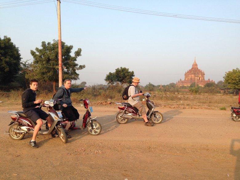 Zwiedzanie Bagan na skuterach