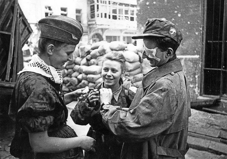 """Pośrodku Maria Stypułkowska-Chojecka """"Kama"""", po prawej Krzysztof Palester """"Krzych"""", Powstanie Warszawskie, 1 sierpnia 1944 rok"""