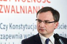 Za rządów Zbigniewa Ziobry w ministerstwie sprawiedliwości przybyło etatów dla ekspertów - zatrudnianych bez konkursów, bez doświadczenia i dobrze wynagradzanych.