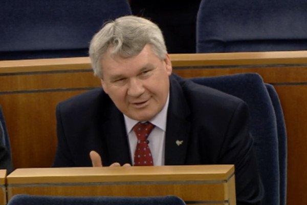 Senator PiS Robert Mamątow zwrócił uwagę wiceministrowi Patrykowi Jakiemu, że jego resort akceptował senacki projekt ustawy o komornikach.