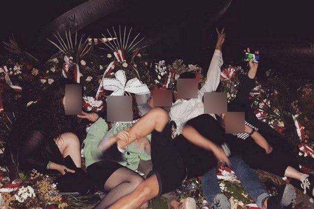 Zdjęcie młodych ludzi pod pomnikiem Rotmistrza Pileckiego może budzić kontrowersje.