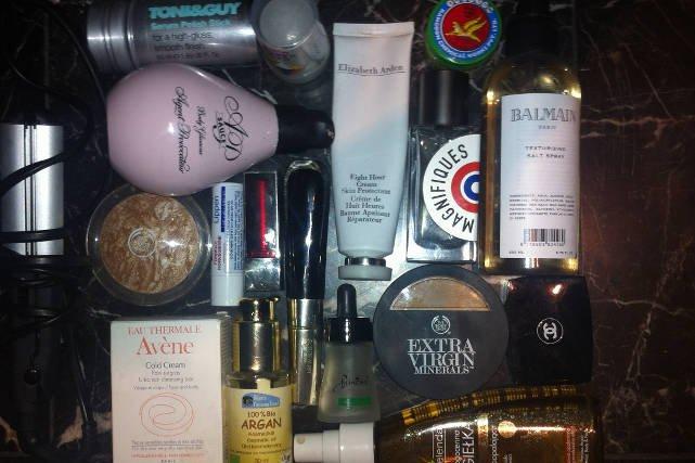 Mnóstwo produktów do pielęgnacji i podstawowe do jej ulubionego makijażu. Taka jest kosmetyczka projektantki