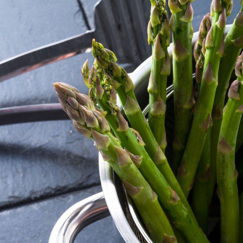 """Szparagi gotuje się """"na stojąco"""", dzięki temu czubki się nie rozgotują."""