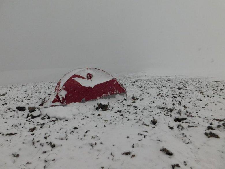 Namiot podróżnika na andyjskim wulkanie Pissis, wysokość 6800 metrów.
