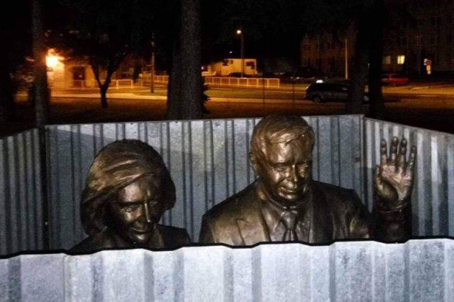 Pomnik Lecha i Marii Kaczyńskich co noc otaczany jest blaszaną konstrukcją.