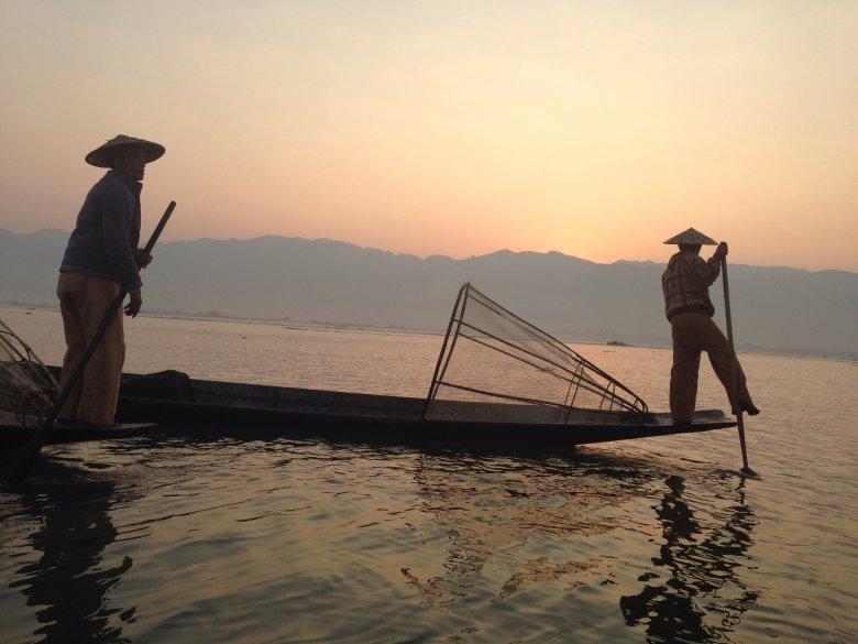 Rybacy na jeziorze Inle/Birma tuzż przed wschodem słońca.