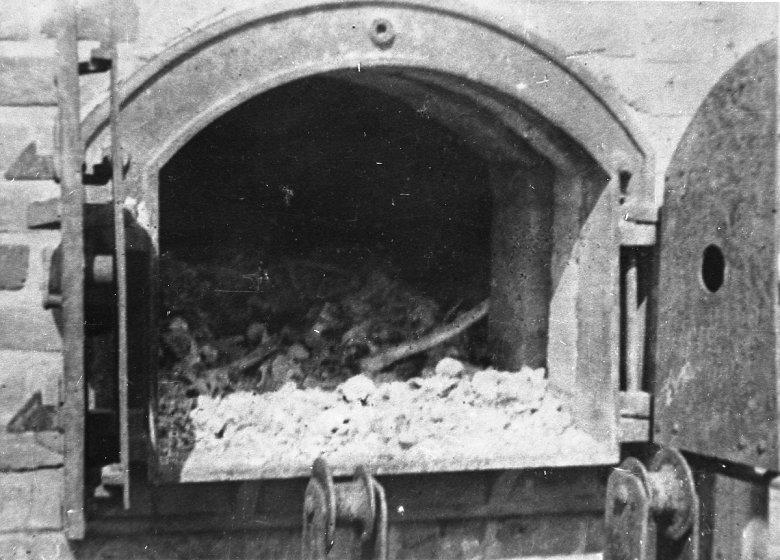 KL Majdanek po wyzwoleniu w 1944 r. Wnętrze pieca krematorium ze spalonymi szczątkami ludzkimi.