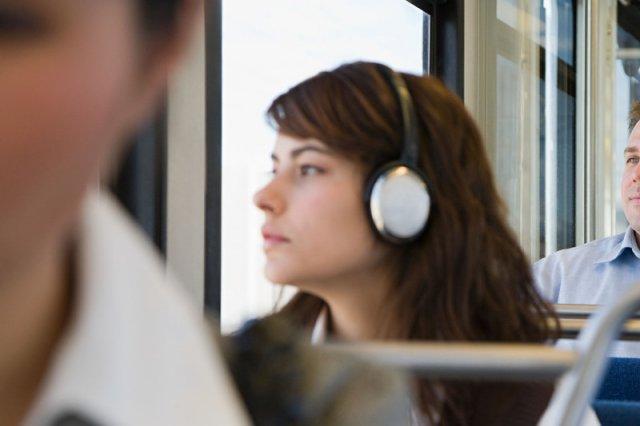 Jeśli często słuchasz głośnej muzyki przez słuchawki, możesz mieć problemy ze słuchem.