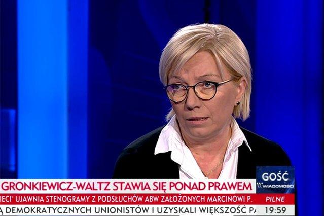 Sędzia Julia Przyłębska została nominowana do Trybunału Konstytucyjnego przez PiS. Według partii rządzącej jest prezesem TK, podczas gdy środowisko prawnicze wskazuje, że jej wybór na szefową TK jest nieważny.