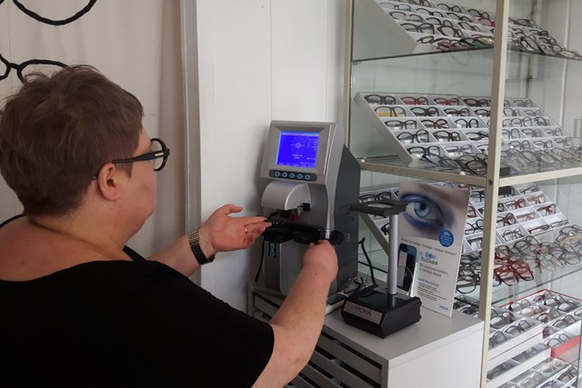 65d53eefc8e4ec W zakładzie można nie tylko zrobić nowe okulary, ale także naprawić stare  oprawki.