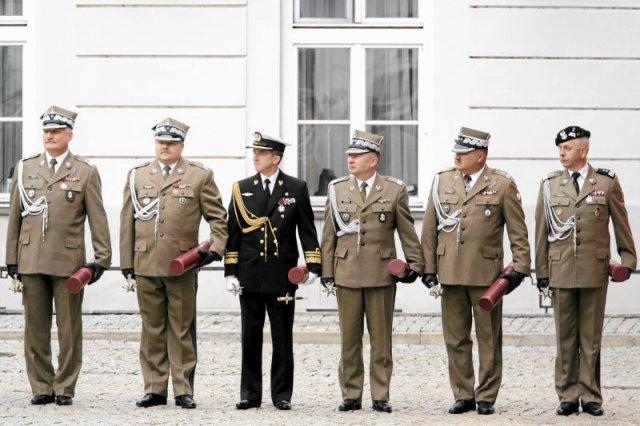 Po roku rządów ministra Macierewicza wojsko opuściły już setki wyższych oficerów.