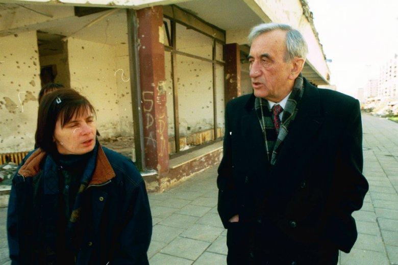 Janina Ochojska z Tadeuszem Mazowieckim w Sarajewie.