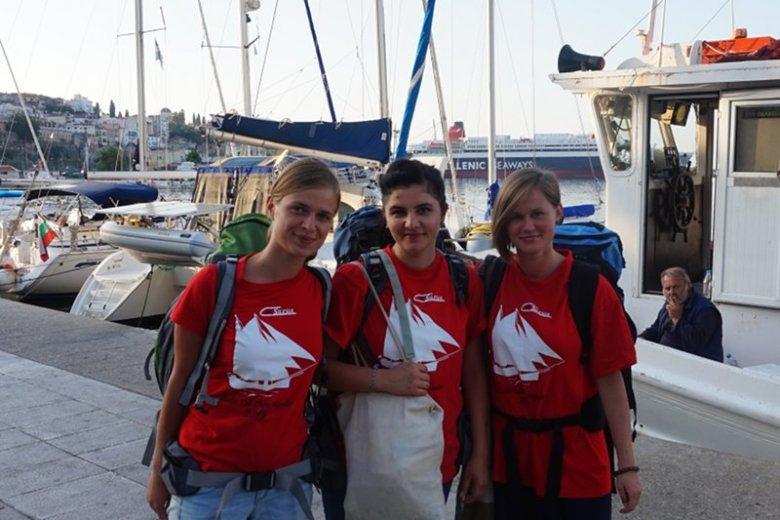Na Lesbos (Kamila Supeł, pierwsza z prawej) dziewczyny z Polski m.in. rozdawały uchodźcom żywność.
