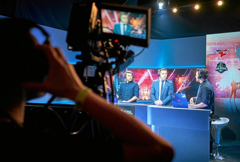 W czasie takich imprez jak Intel Extreme Masters funkcjonują profesjonalne studia komentatorskie