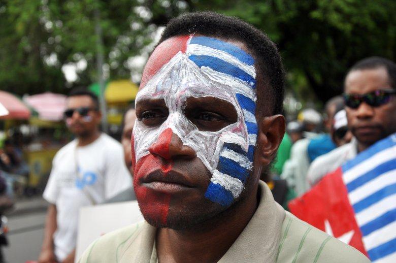 Indonezyjski Papuas podczas pokojowego protestu na Jawie
